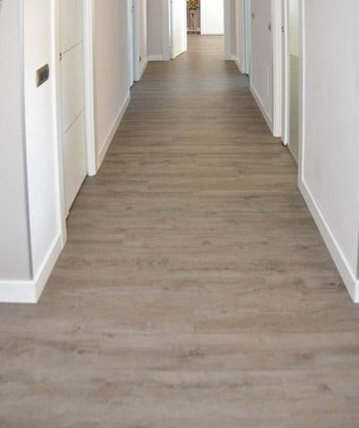 pavimento chiaro in corridoio