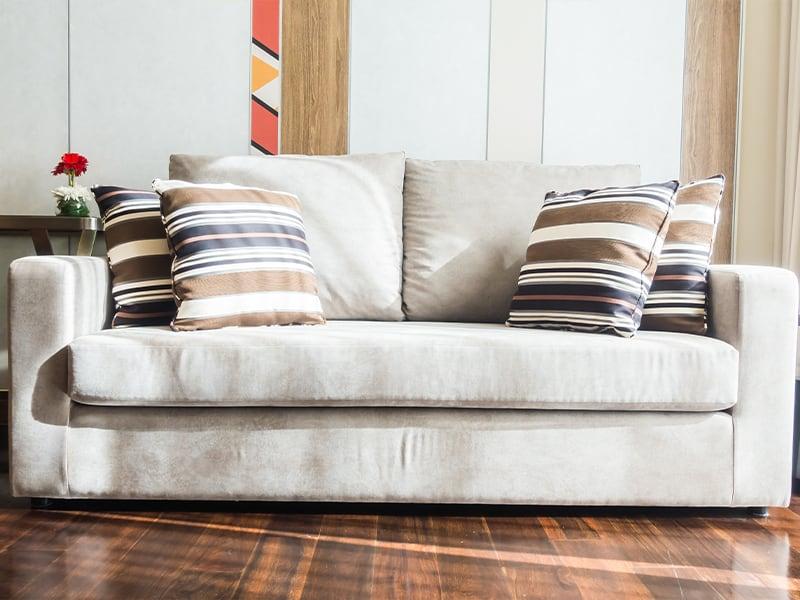 divano con cuscini