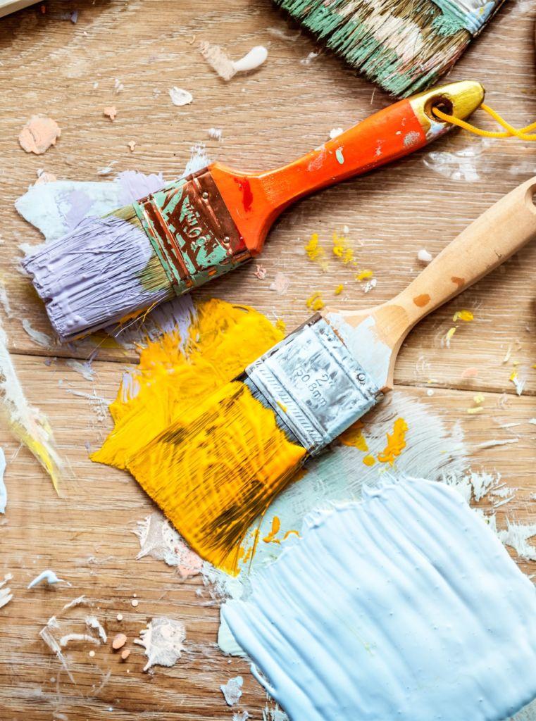 pennelli sporchi di vernice