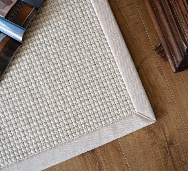 tappeto in lana bianco