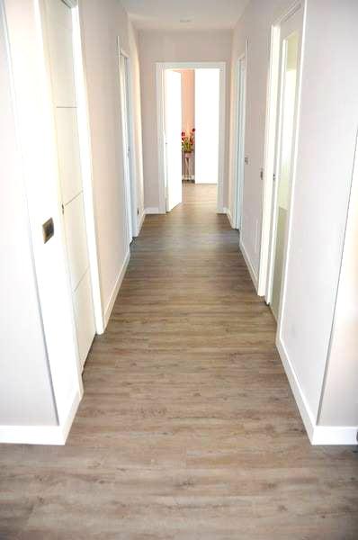 lvt posato in un corridoio