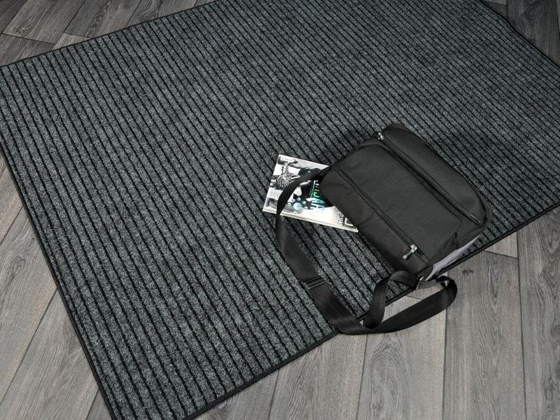 zerbino nero con superficie in rilievo