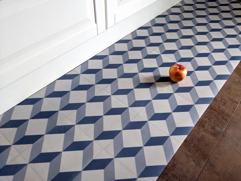 passatoia con disegno mosaico bianco e azzurro