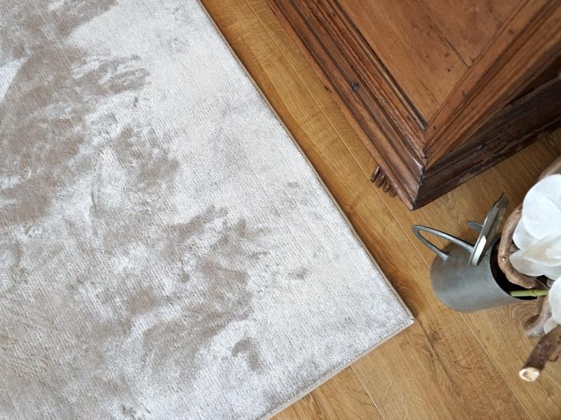 tappeto grigio chiaro in viscosa